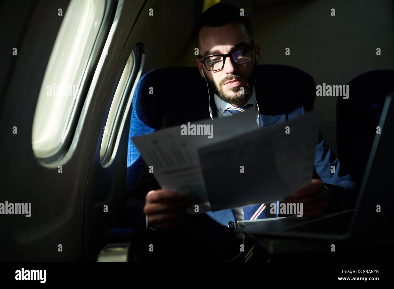 Gut aussehender Geschäftsmann in Private Jet Stockbild
