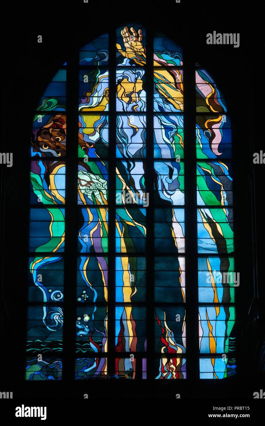Gott, der Schöpfer, Jugendstil Buntglasfenster, entworfen von Stanislaw Wyspianski, in der Franziskanerkirche in Krakau, Polen Stockbild