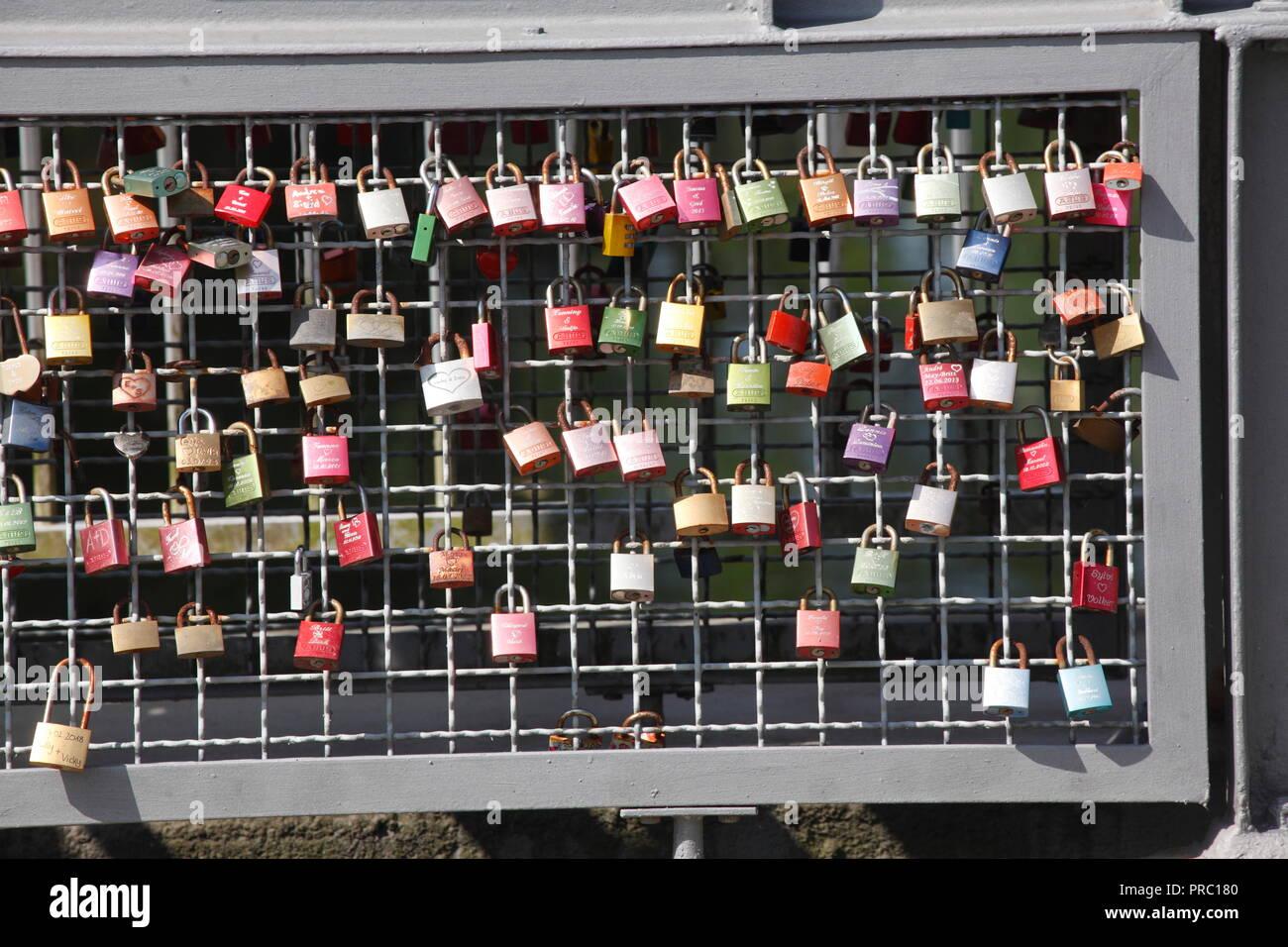 Bunte liebe Schlösser auf einer Brücke Geländer, Buxtehude, Niedersachsen, Deutschland, Europa ich Bunte Liebesschlösser ein einem Brückengeländer, Buxtehude, Niede Stockfoto
