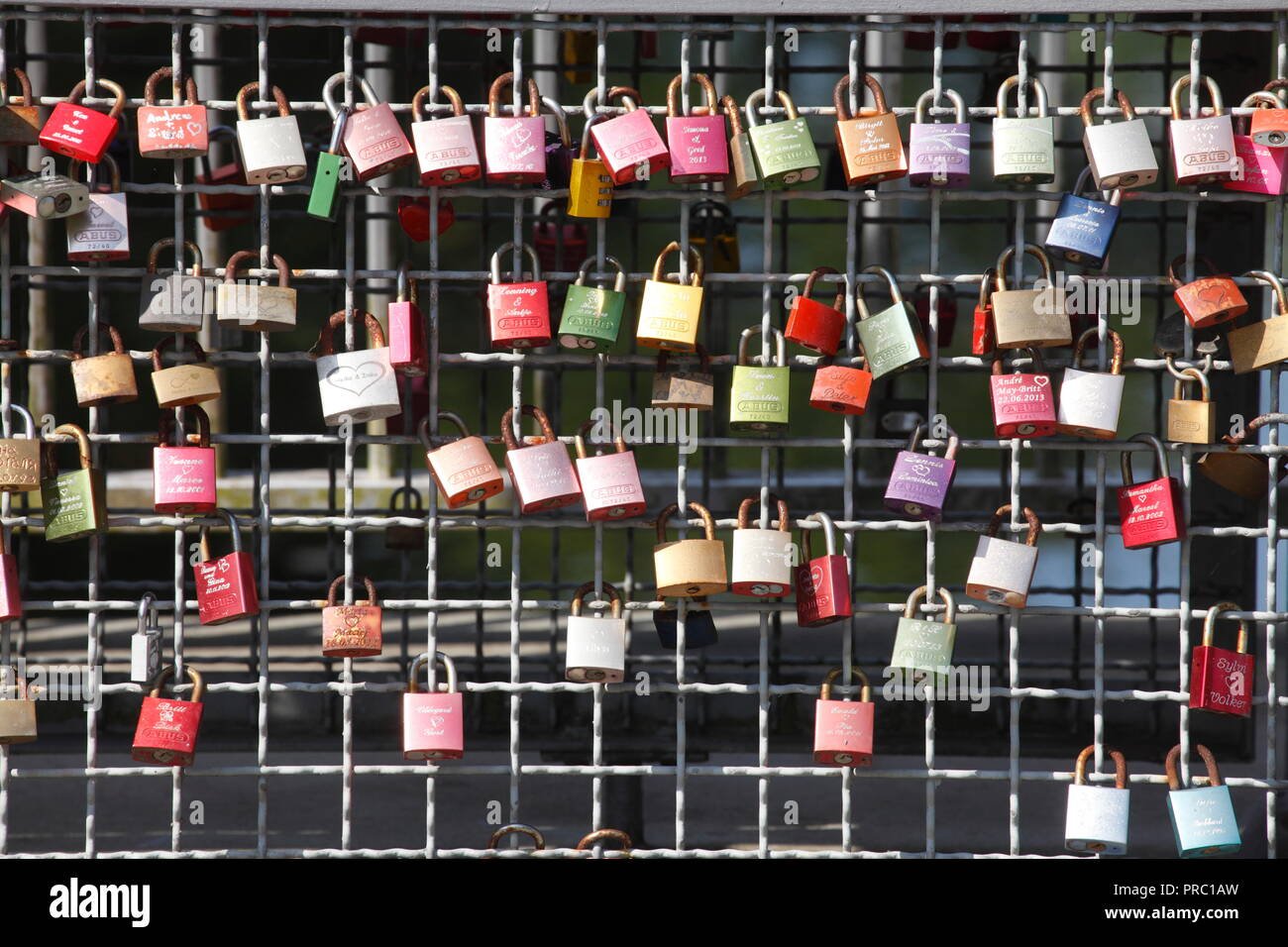 Bunte liebe Schlösser auf einer Brücke Geländer, Buxtehude, Niedersachsen, Deutschland, Europa ich Bunte Liebesschlösser ein einem Brückengeländer, Buxtehude, NiedeStockfoto