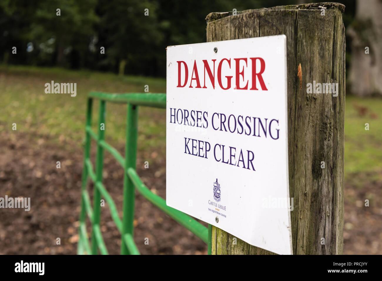 Anmelden Warnung der Bevölkerung, Pferde, die überquert werden kann und sich frei zu halten. Stockbild