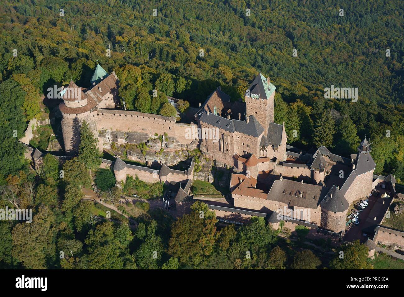 Rosa Sandstein mittelalterlichen Burg AUF EINEM BERG (Luftbild). Hohkönigsburg in Bas-Rhin, Elsass, Grand Est, Frankreich. Stockbild