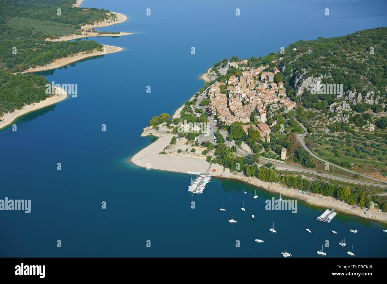 LAKESIDE RESORT VON BAUDUEN AM SEE SAINTE-CROIX (Luftbild). Var, Provence, Frankreich. Stockbild