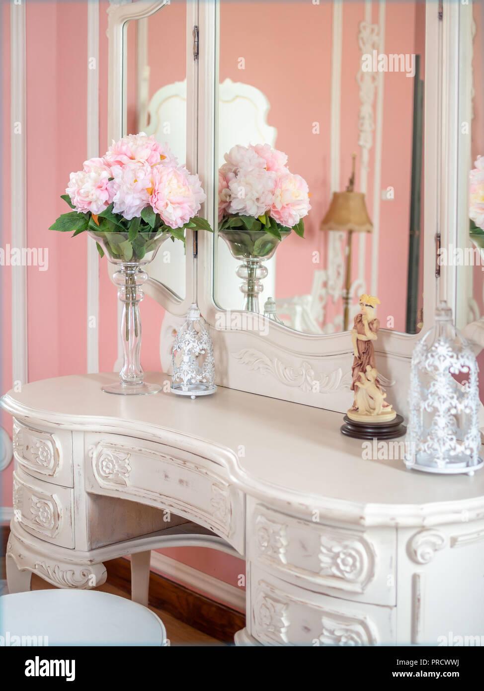 Blumenstrau aus rosa bl ten in glas vase auf wei em for Retro zimmer deko