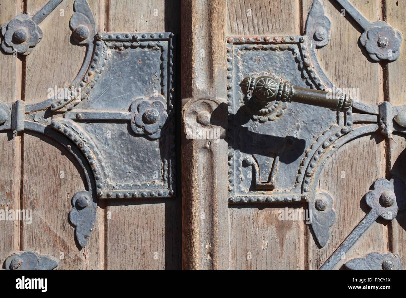 Alte Tür Verriegelung an einem alten Haus, Bremen, Deutschland, Europa ich alte Türklinke ein einem alten Haus, Bremen, Deutschland, Europa I Stockfoto