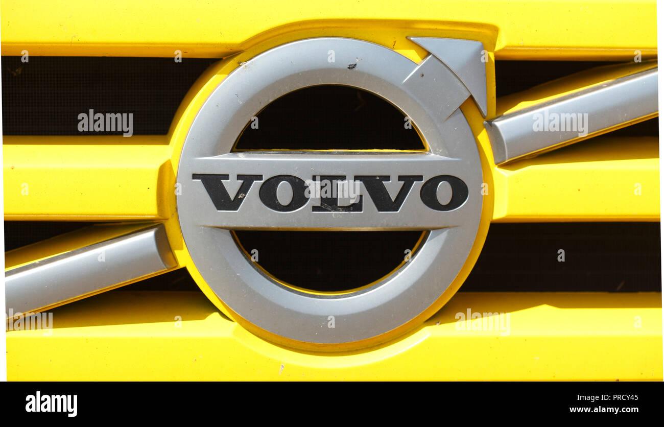 Volvo Logo auf einem gelben Grille, Deutschland, Europa ich Volvo - Logo in einem gelben Kühlergrille, Deutschland I Stockfoto