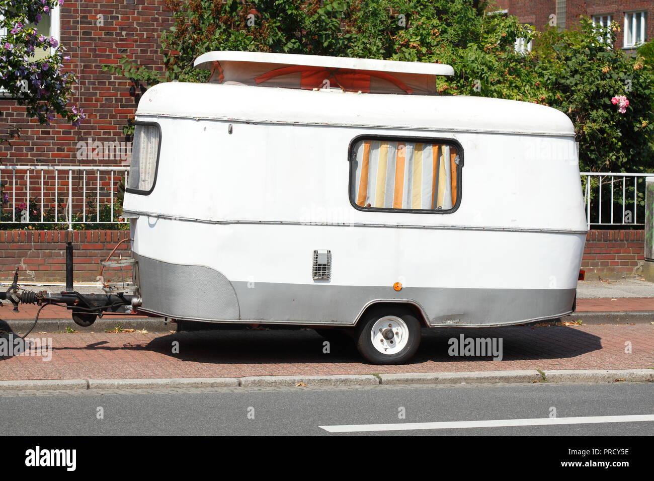 Alte Parken Camping und Caravan Anhänger, Deutschland, Europa ich Ändern parkender Wohnwagen-Anhänger, Deutschland, Europa I Stockfoto