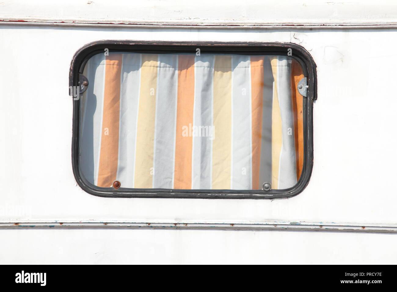 Fenster an einem alten Wohnwagen Anhänger, Deutschland, Europa ich Fenster ein einem Alten Wohnwagen-Anhänger, Deutschland, Europa IStockfoto