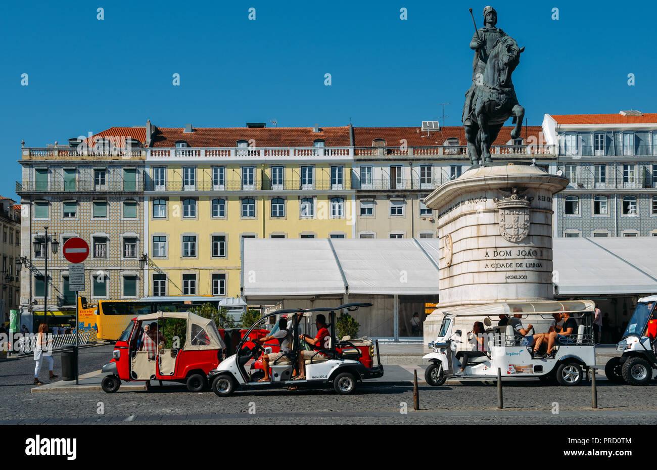 Lissabon, Portugal - Sept 23, 2018: Die Statue von König João I in Figueira Platz in Lissabon, Portugal. Im thailändischen Stil tuk tuks für Touristische Verkehrsmittel verwendet Stockbild
