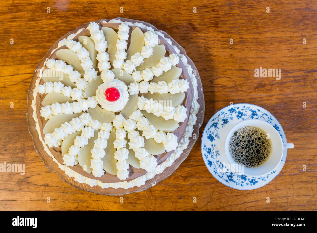 Blick von oben auf die Kuchen und Kaffee Stockbild