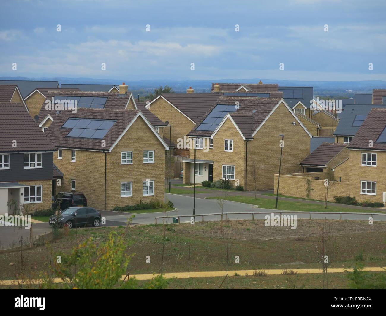 Ein Blick aus dem Fenster einer Entwicklung des neuen Gehäuses auf grünem Feld Land in Gloucestershire. Stockbild