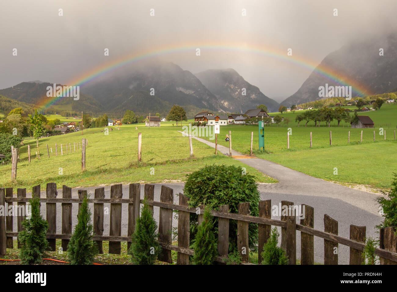 Regenbogen im Herbst, Gröbming Steiermark Österreich Stockbild