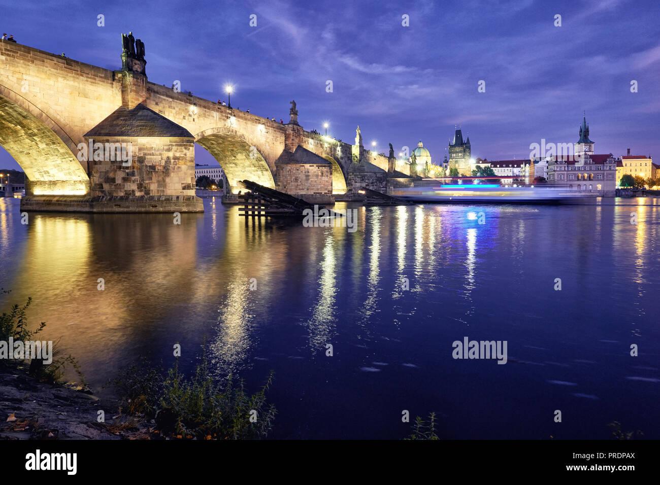 Romantisch beleuchteten Prag, Karlsbrücke, spiegelt sich in der Moldau bei Nacht Stockbild
