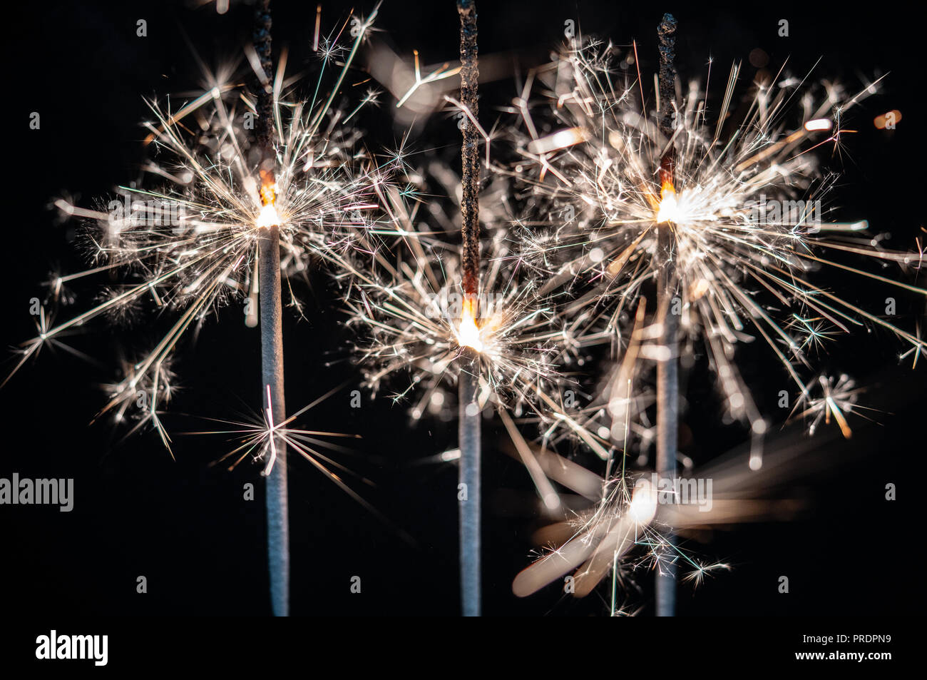Feuerwerk, Wunderkerzen, bersten vor einem schwarzen Hintergrund Stockfoto