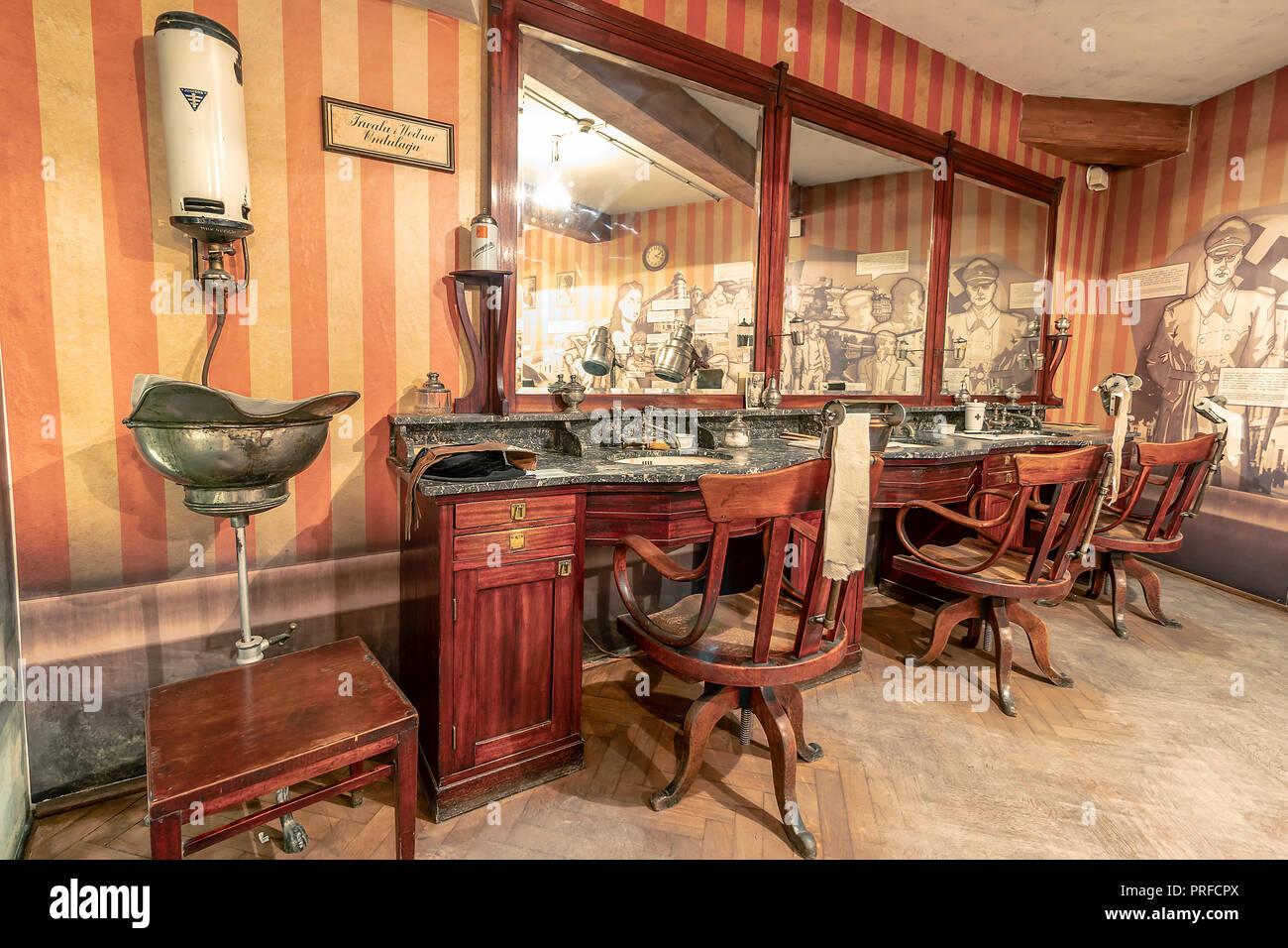 Krakau, Polen - Juni 3, 2018: Vintage Barber Shop Möbel in ...