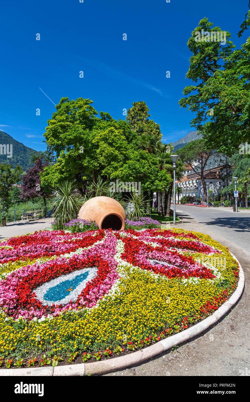Blumenschmuck an Heilung Promenade in Meran, Südtirol Stockbild