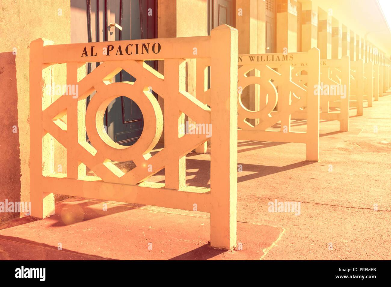 Deauville, Frankreich. Promenade des Planches bei Sonnenuntergang mit den Namen von Al Pacino, Robin Williams und andere Stars Stockfoto