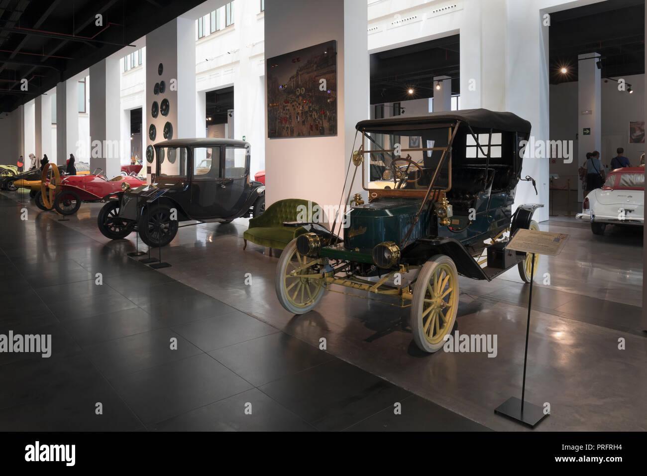 Museo Automovilistico y de la Moda, Malaga, Provinz Malaga, Spanien. Automobil und Mode Museum. Das Fahrzeug im Vordergrund ist ein Stanley Steame Stockbild