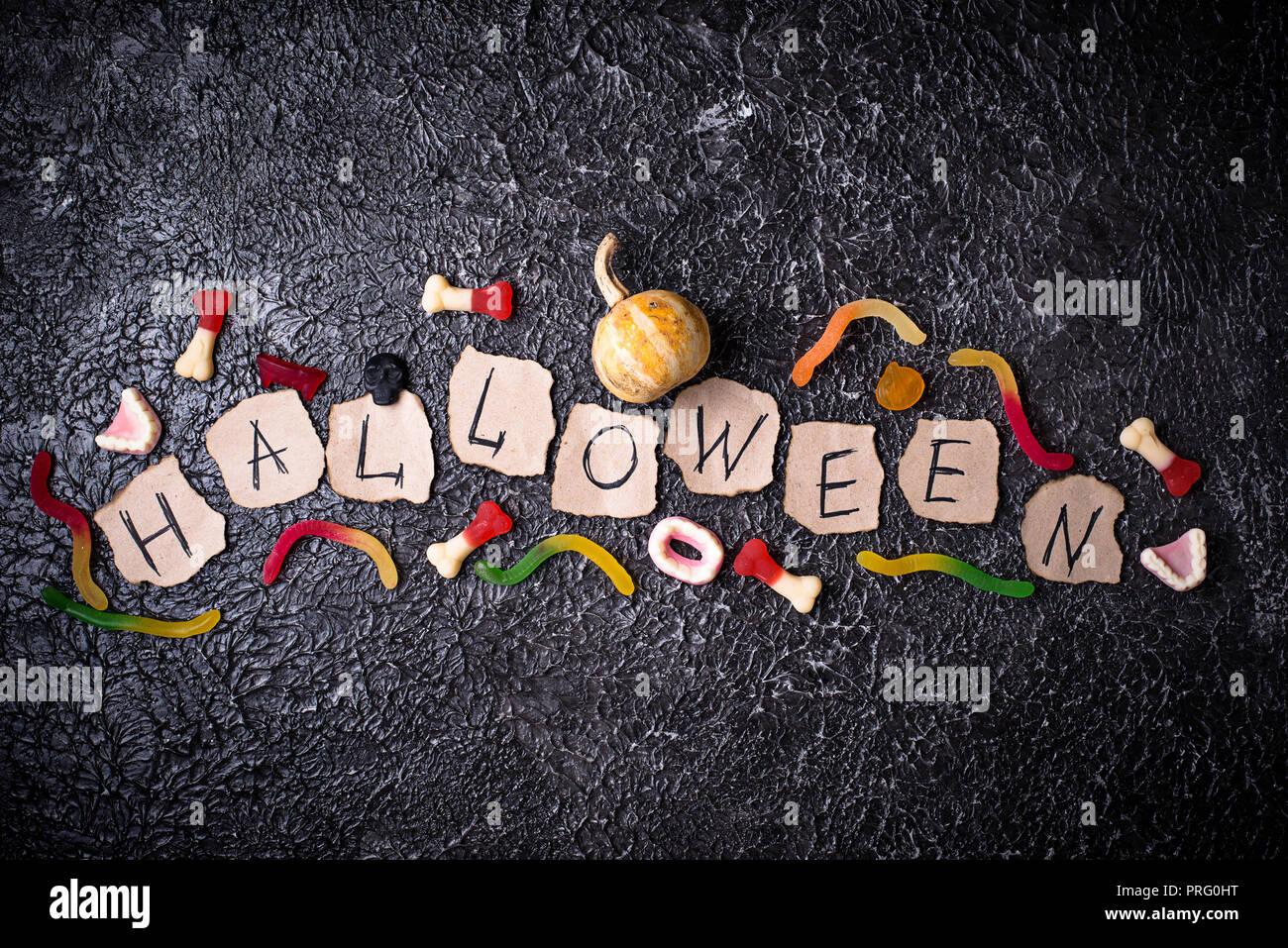 Kreative Halloween Hintergrund mit Leckereien Stockbild
