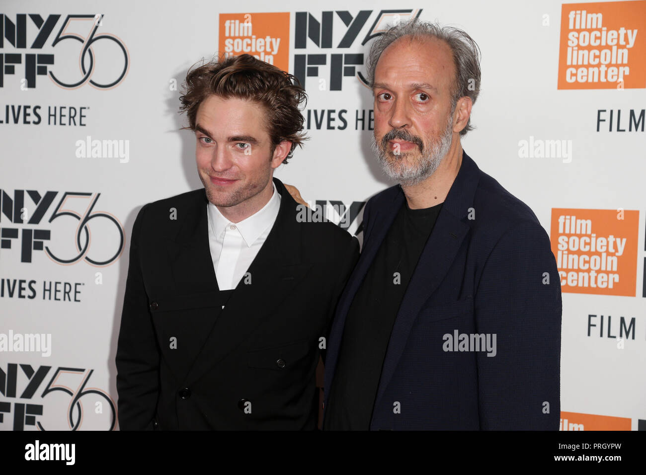 "New York, Vereinigte Staaten. Okt, 2018 02. NEW YORK - OKT 2: Schauspieler Robert Pattinson (L) und Direktor von NYFF Kent Jones die ""High Life"" Premiere in der Alice Tully Hall besuchen am 2. Oktober 2018 in New York City. Credit: Foto Access/Alamy leben Nachrichten Stockbild"
