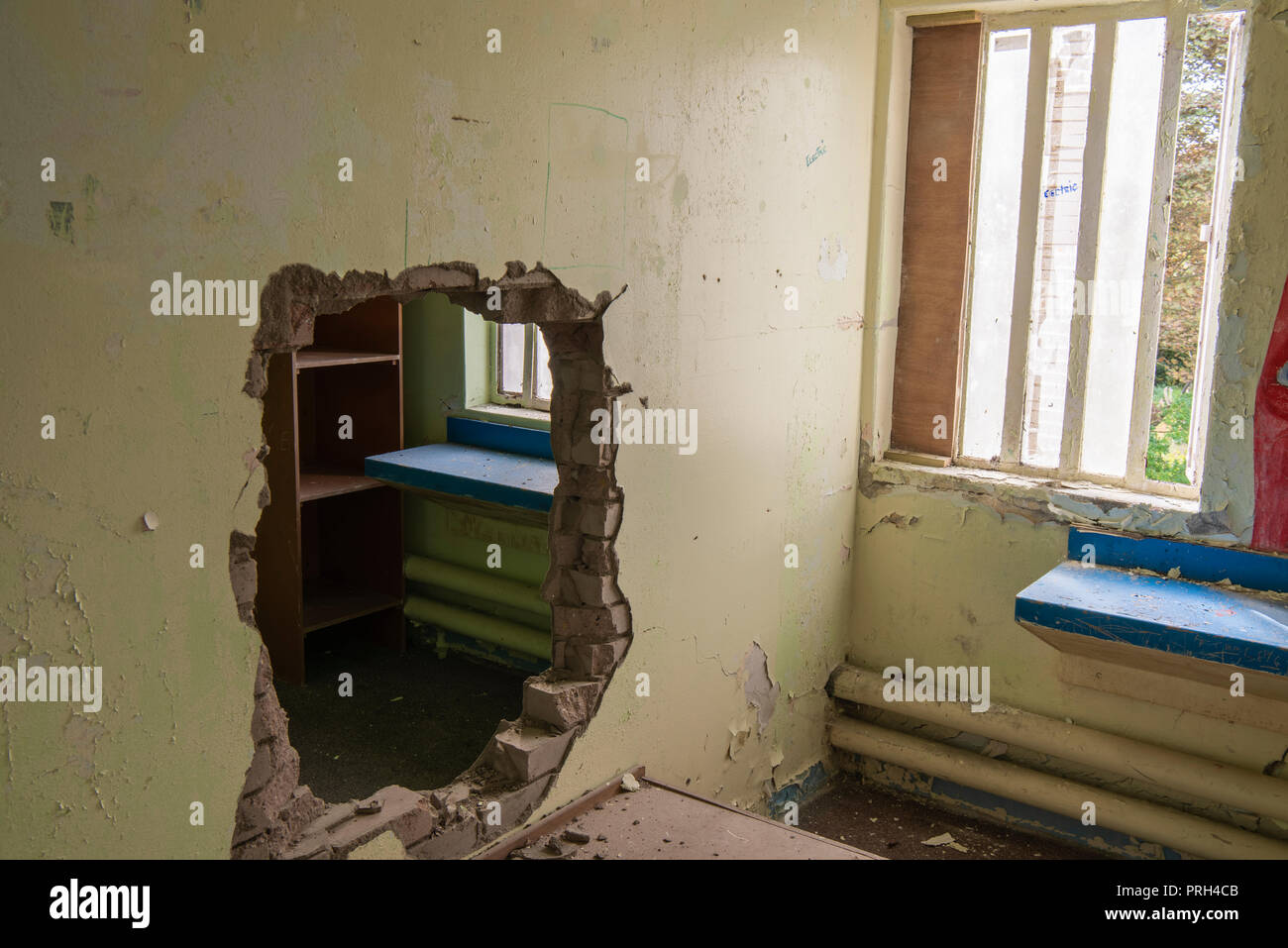 Jail prison window bars stockfotos jail prison window - Durch die wand horen ...