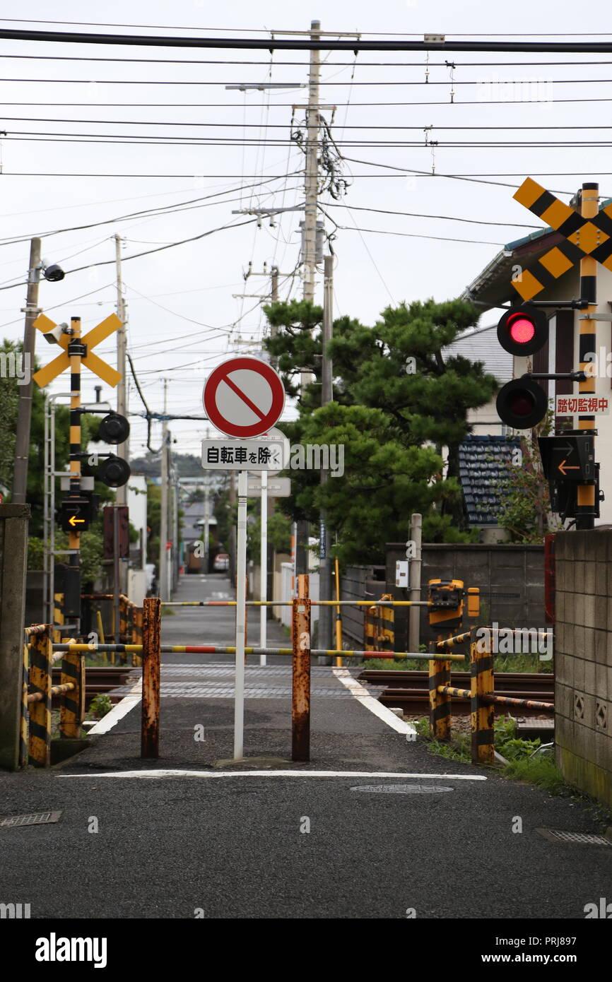 Ein Bahnübergang in Japan. Mit japanischen Verkehrszeichen Stockbild