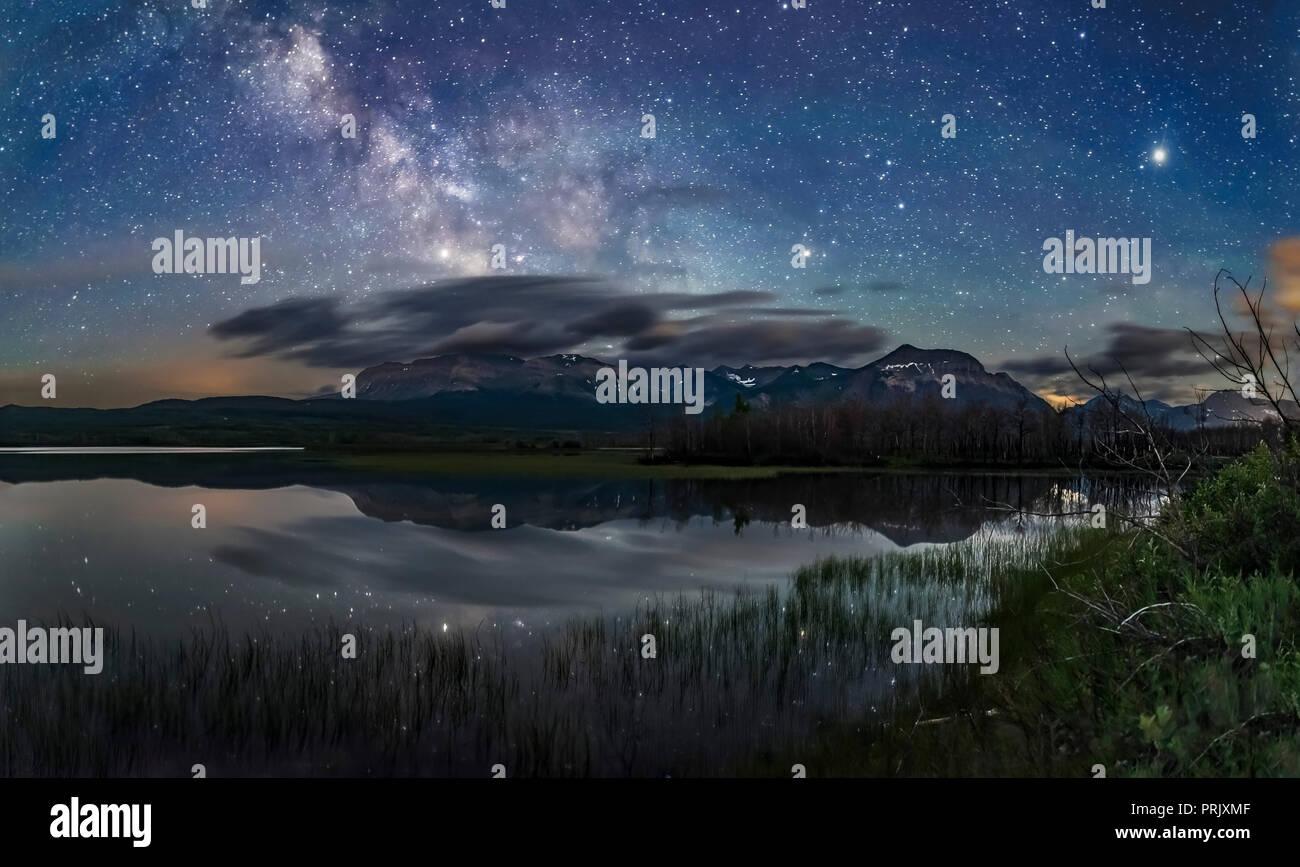 Die Milchstraße über Maskinonge See in Waterton Lakes National Park, Alberta, Kanada, an Juni 17., 2018. Dies war eine ungewöhnlich ruhige Nacht, so dass t Stockfoto