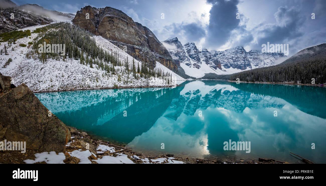 Moraine Lake ist ein Eiszeitlich fed Lake im Banff National Park, 14 km (8,7 mi) außerhalb der Ortschaft Lake Louise, Alberta, Kanada. Stockbild