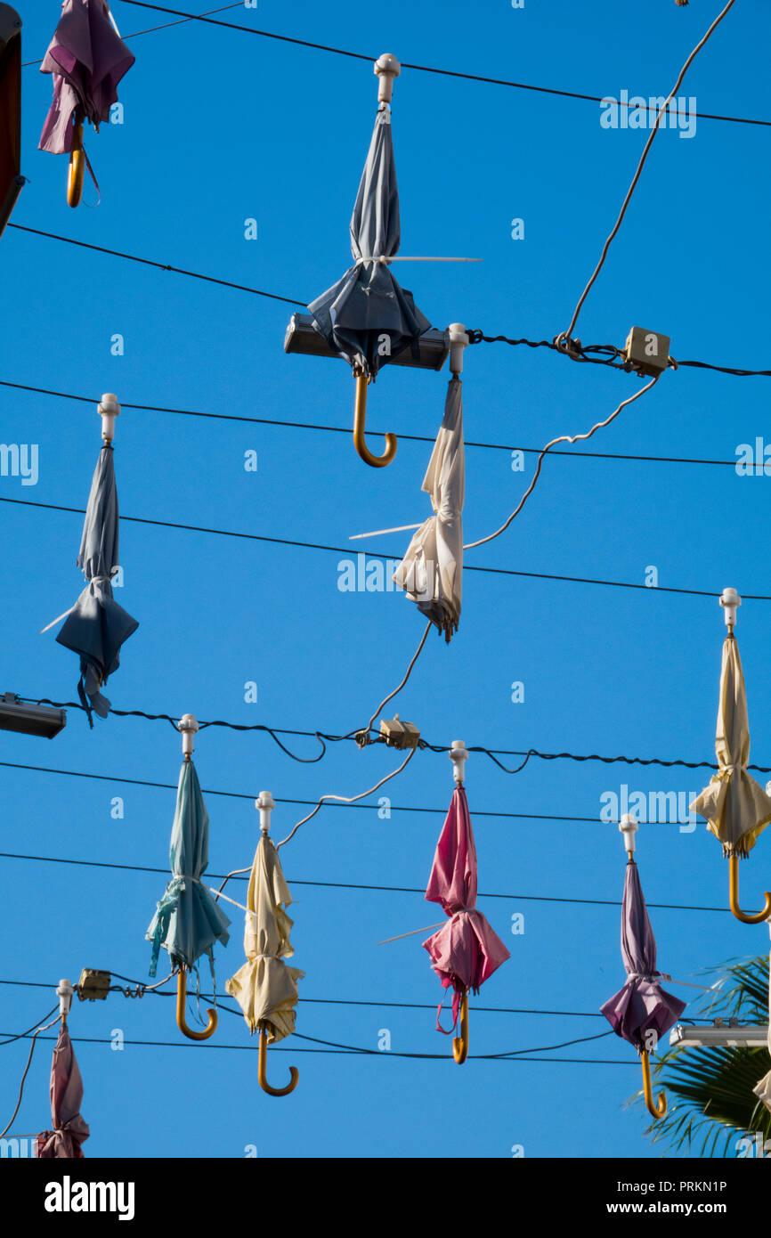 Sonnenschirme hängt über Straße in Antalya, Türkei Stockbild