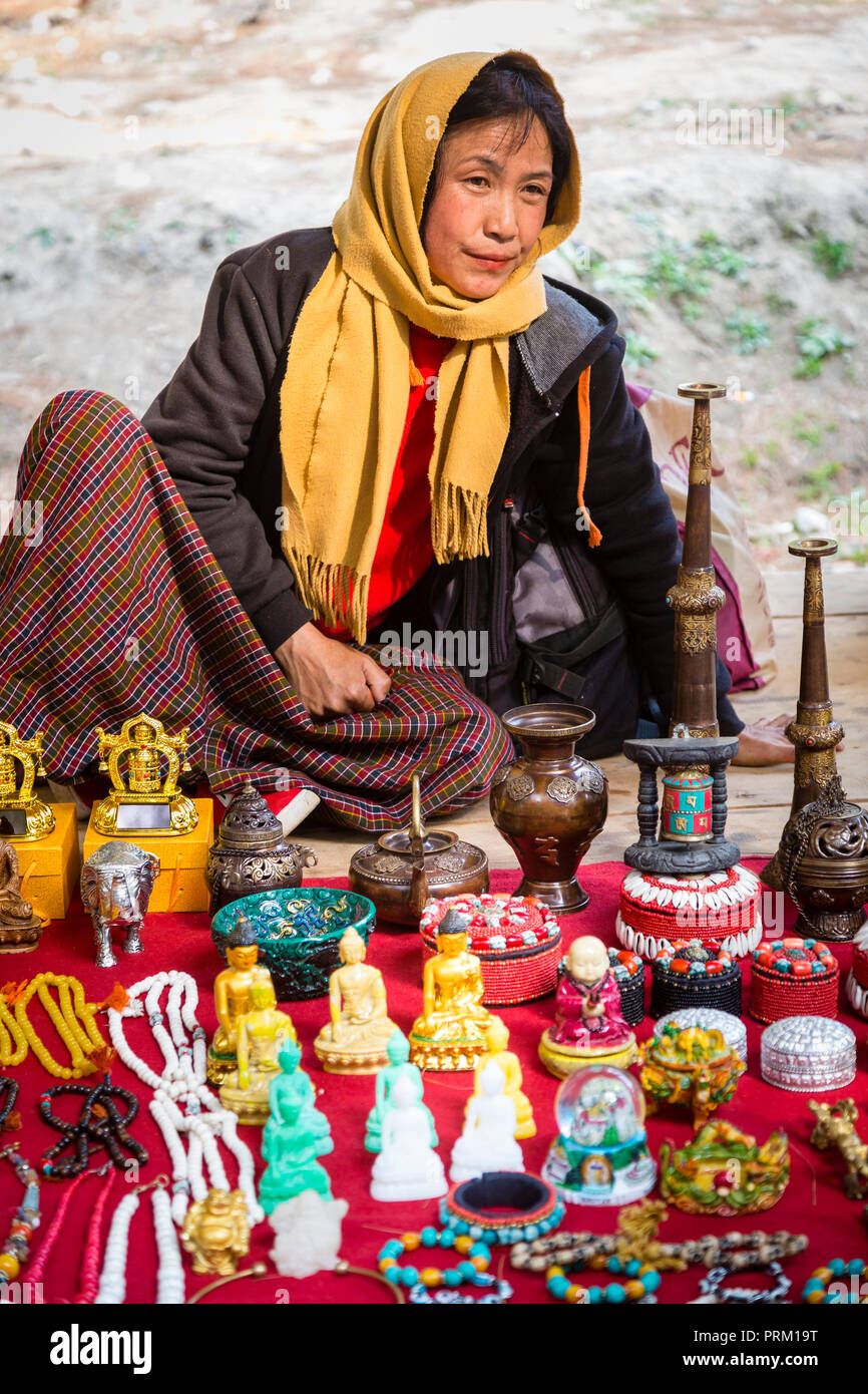 Eine Frau vertrieb Souvenirs auf dem Markt von Paro auf dem Weg zum Tiger Nest in Bhutan Stockfoto