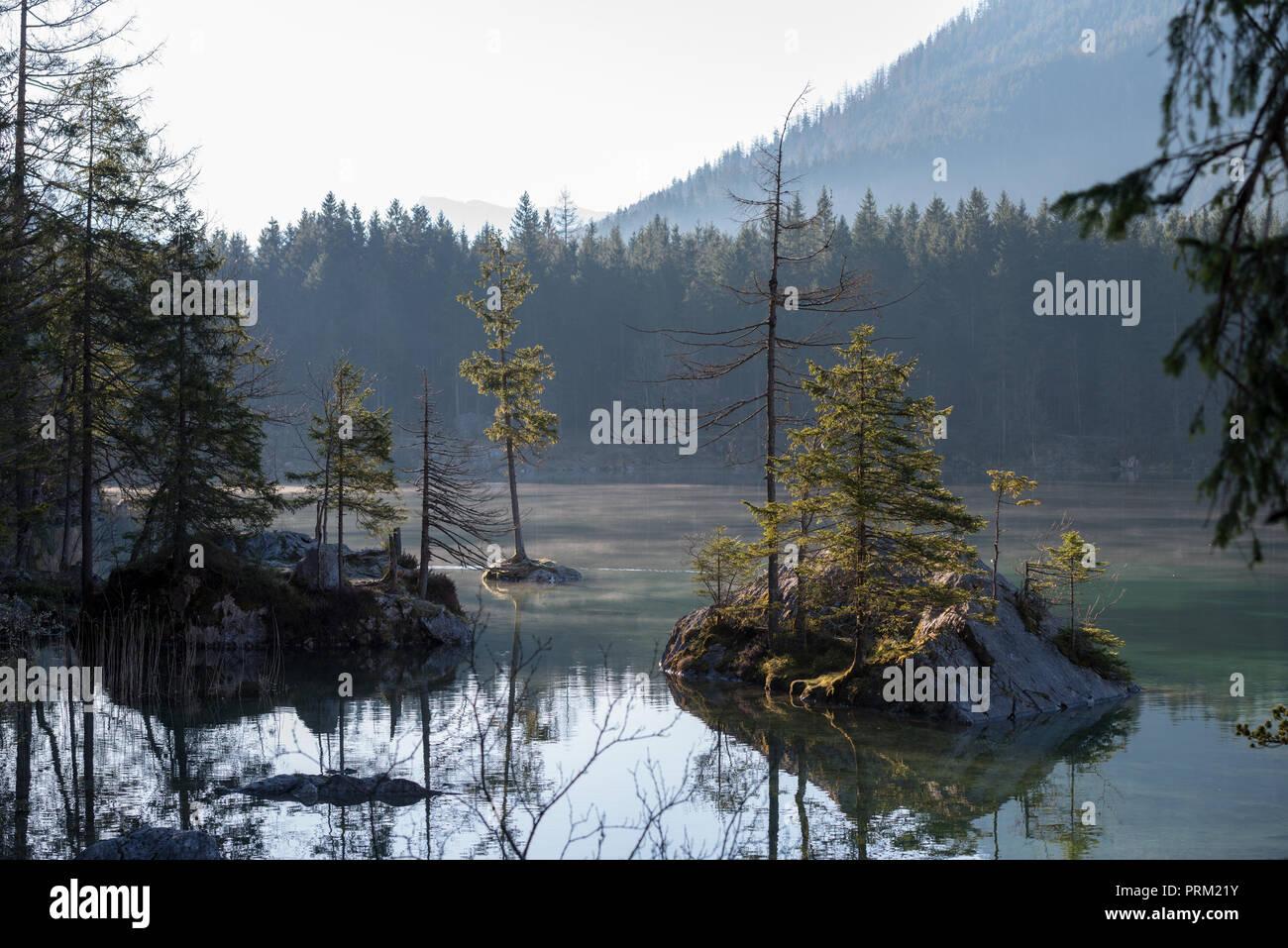 Hintersee in den europäischen Alpen im Morgen, Nebel und Sonne Stockbild