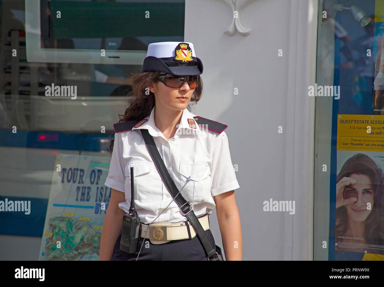 Polizistin in Capri, Insel Capri, Golf von Neapel, Kampanien, Italien | Polizei Frau in Capri, Capri, Insel, Golf von Neapel, Kampanien, Italien Stockbild