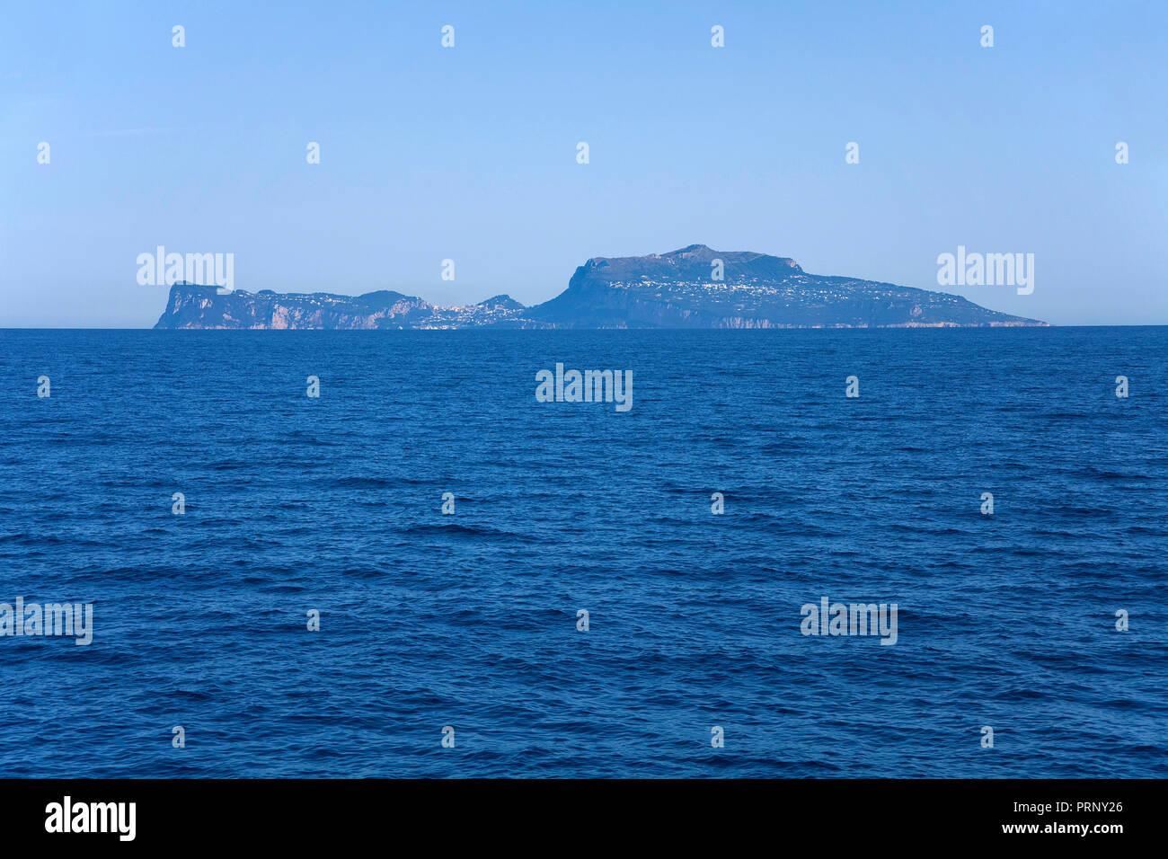 Die Insel Capri im Golf von Neapel, Kampanien, Italien | Blick auf die Insel Capri, Golf von Neapel, Kampanien, Italien Stockbild