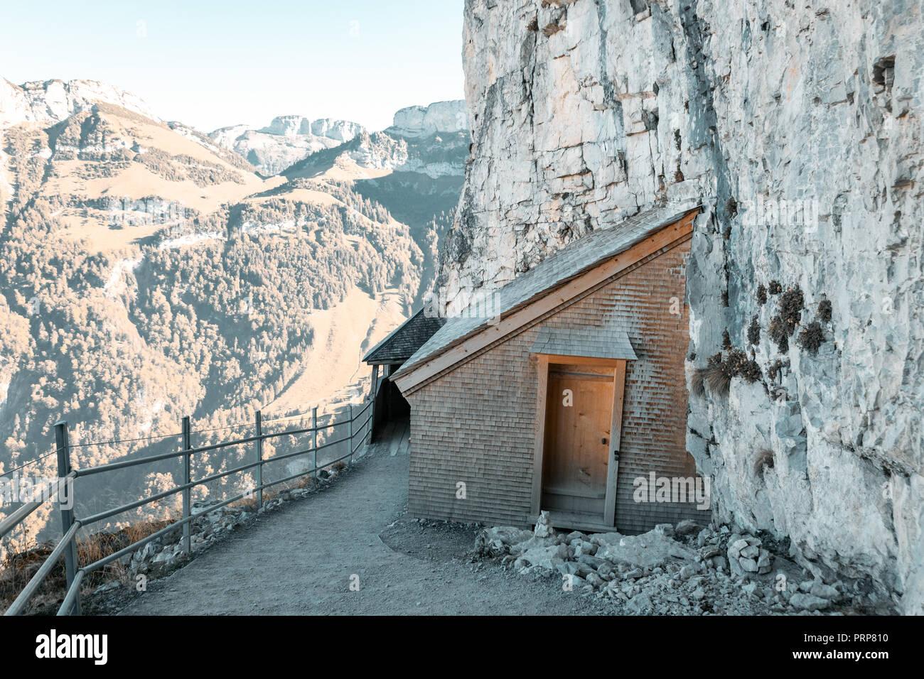 Holz- Berghütte und Wanderweg an der ebenalp Felsen von Appenzell Alpen, Schweiz Stockbild