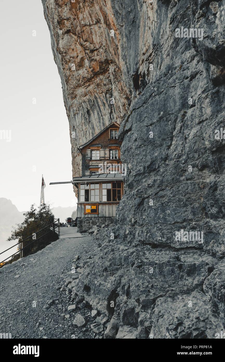 Schweiz, Ebenalp - September 27, 2018: berühmte Berggasthaus Aescher-Wildkirchli auf der Ebenalp Klippen Stockbild