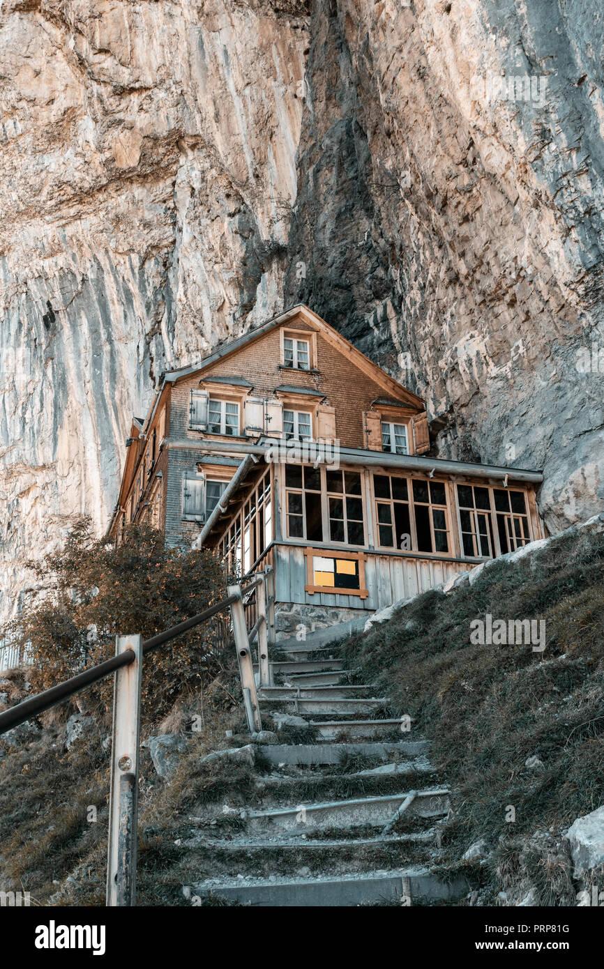 Traditionelle hölzerne Mountain Inn an der ebenalp Klippen von Appenzell Alpen, Schweiz Stockbild