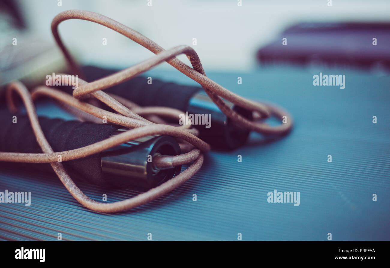 Nahaufnahme eines Leder Springseil Schritt für Plattform Stockbild