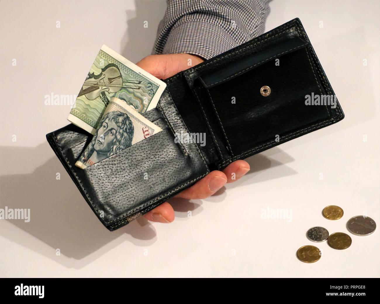 Schwarzen Mappe In Männlicher Hand Mit Einigen Papiergeld Und Münzen