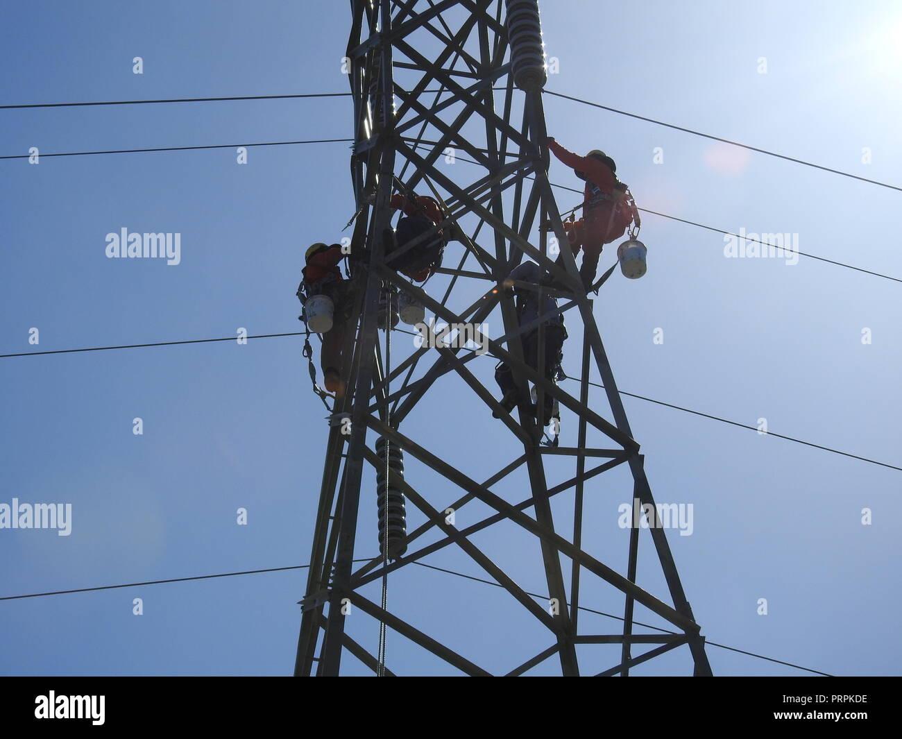 PG&E Arbeitnehmer arbeiten Leitung Farbe von einer elektrischen Turm in Orinda am 6. Juni 2017 zu entfernen. Stockbild