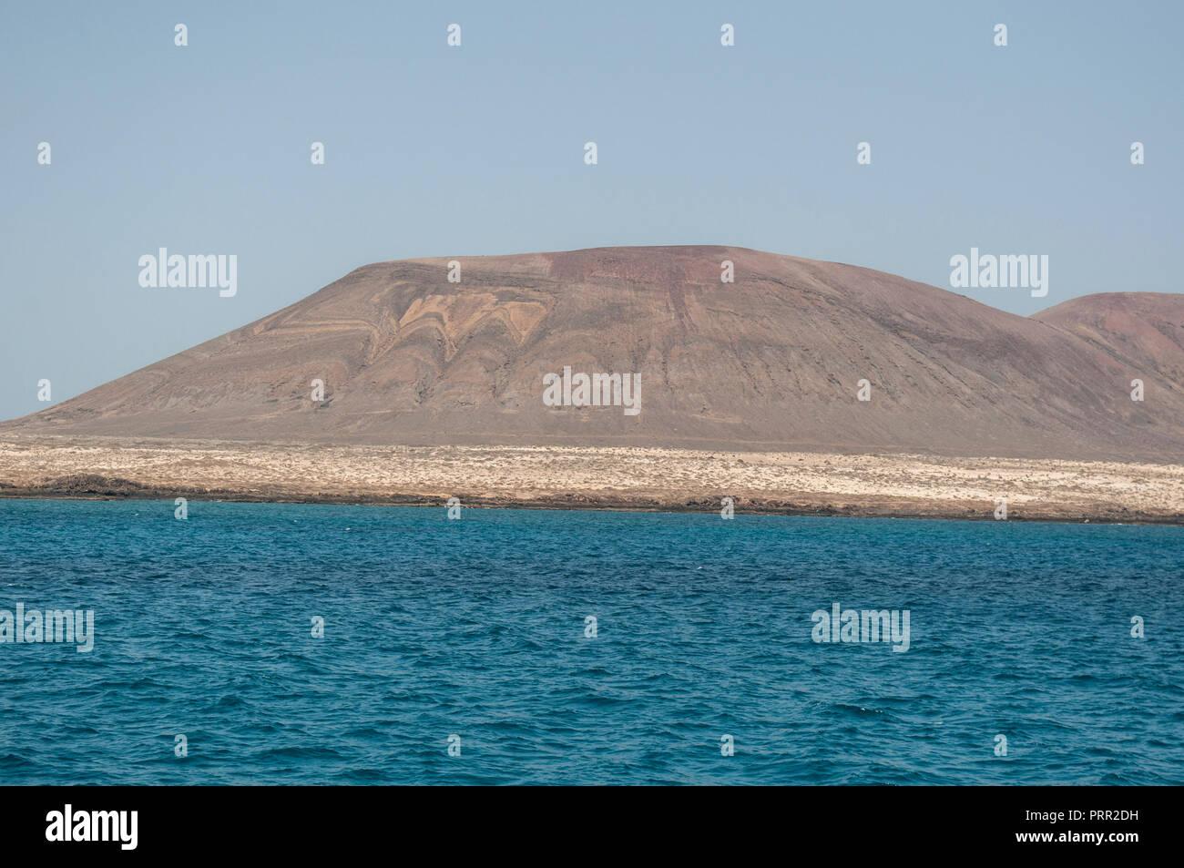 Lanzarote, Kanarische Inseln: Atlantik und Panoramablick auf die Skyline von La Graciosa, die Inselgruppe Chinijo Inseln Stockbild
