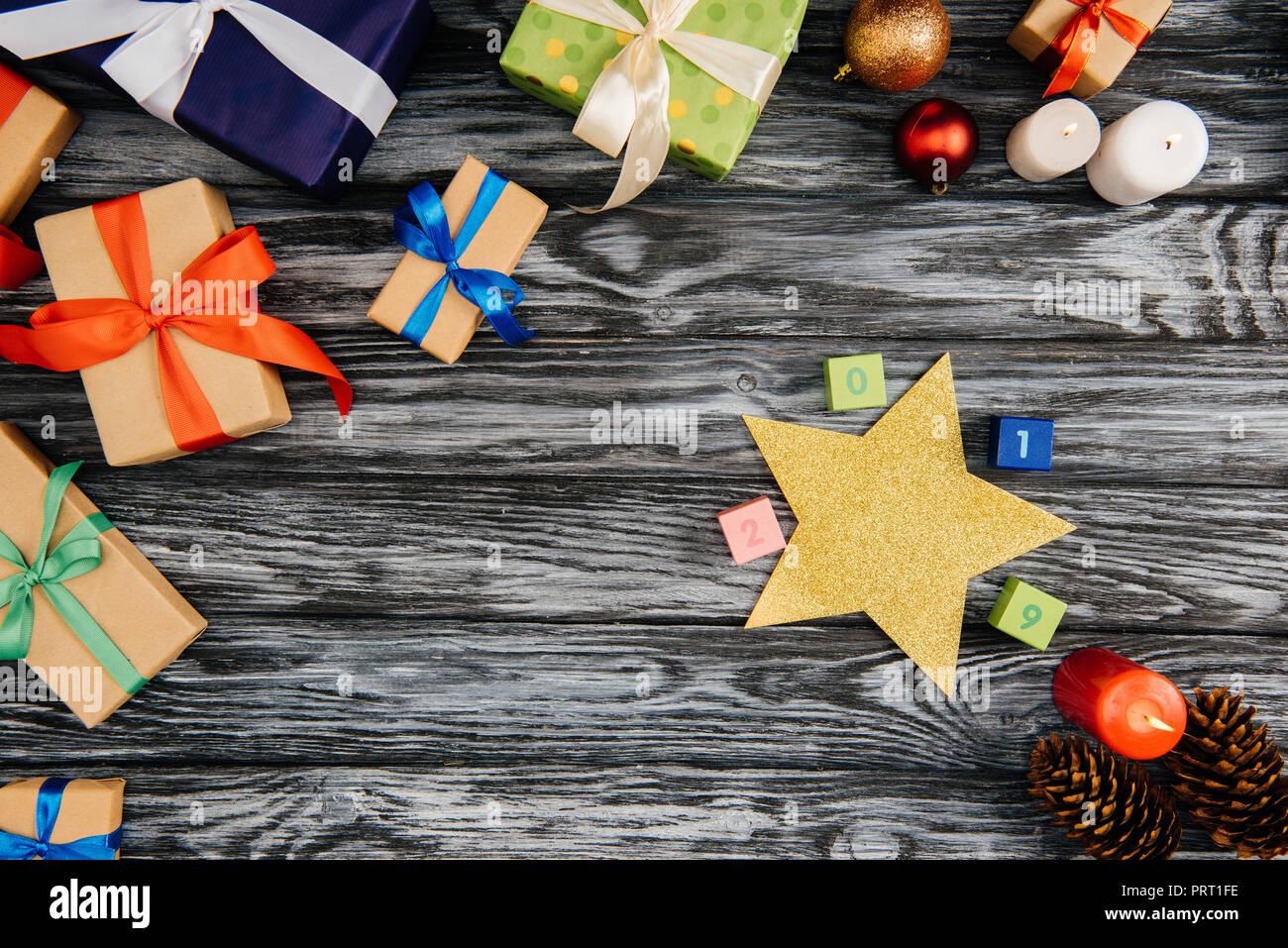Die Weihnachtsgeschenke.Blick Von Oben Auf Die Weihnachtsgeschenke 2019 Zeichen Stern Und