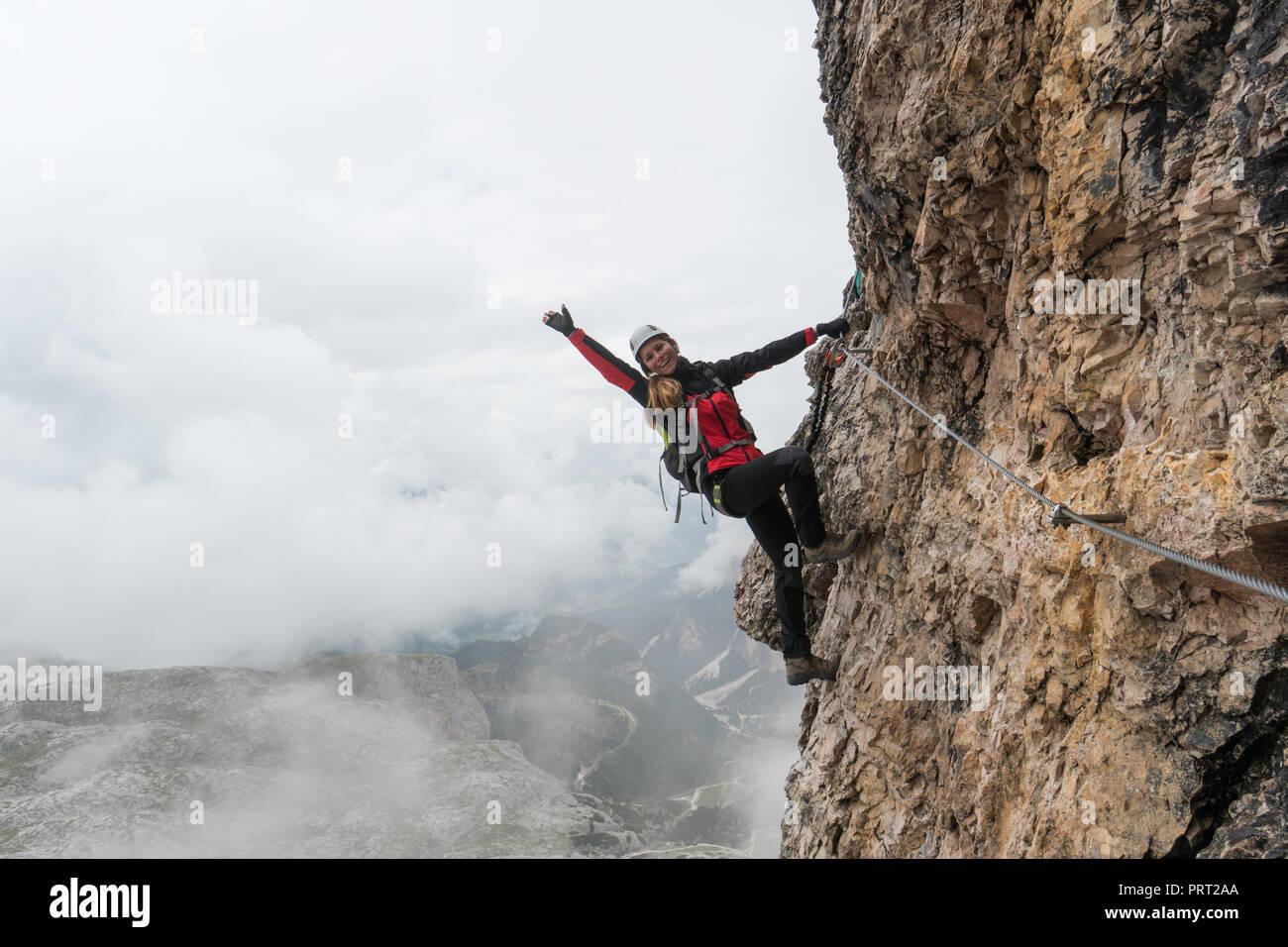 Klettersteig Weibl : Junge weibliche bergsteiger auf einer vertikalen und exponierte