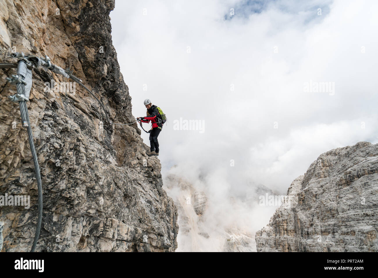 Klettersteig Weibl : Woman climbing via ferrata in stockfotos &
