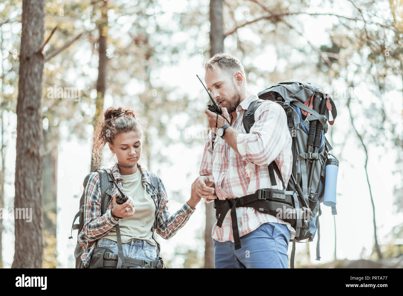 Paar junge Rucksacktouristen mit Ihren Pager nach im Wald verloren Stockbild