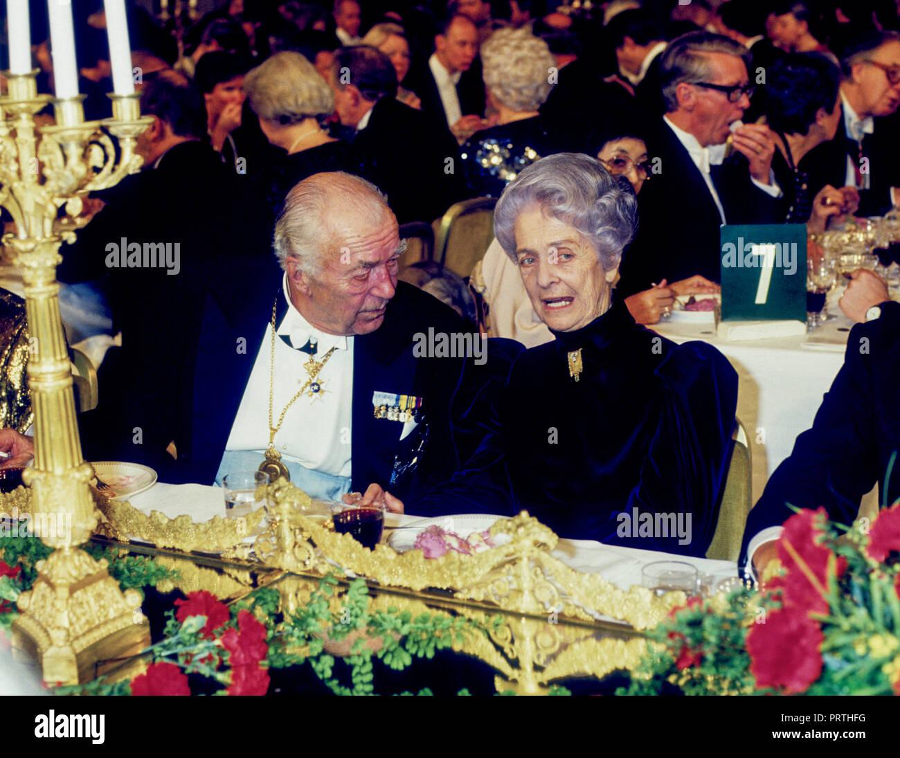 RITA LEVI MONTALCINI italienischen Nobelpreisträger für Medizin an der Nobelpreis Abendessen im Stockholmer Rathaus mit dem schwedischen Prinzen Bertil am Tisch. Sie war die Stockbild