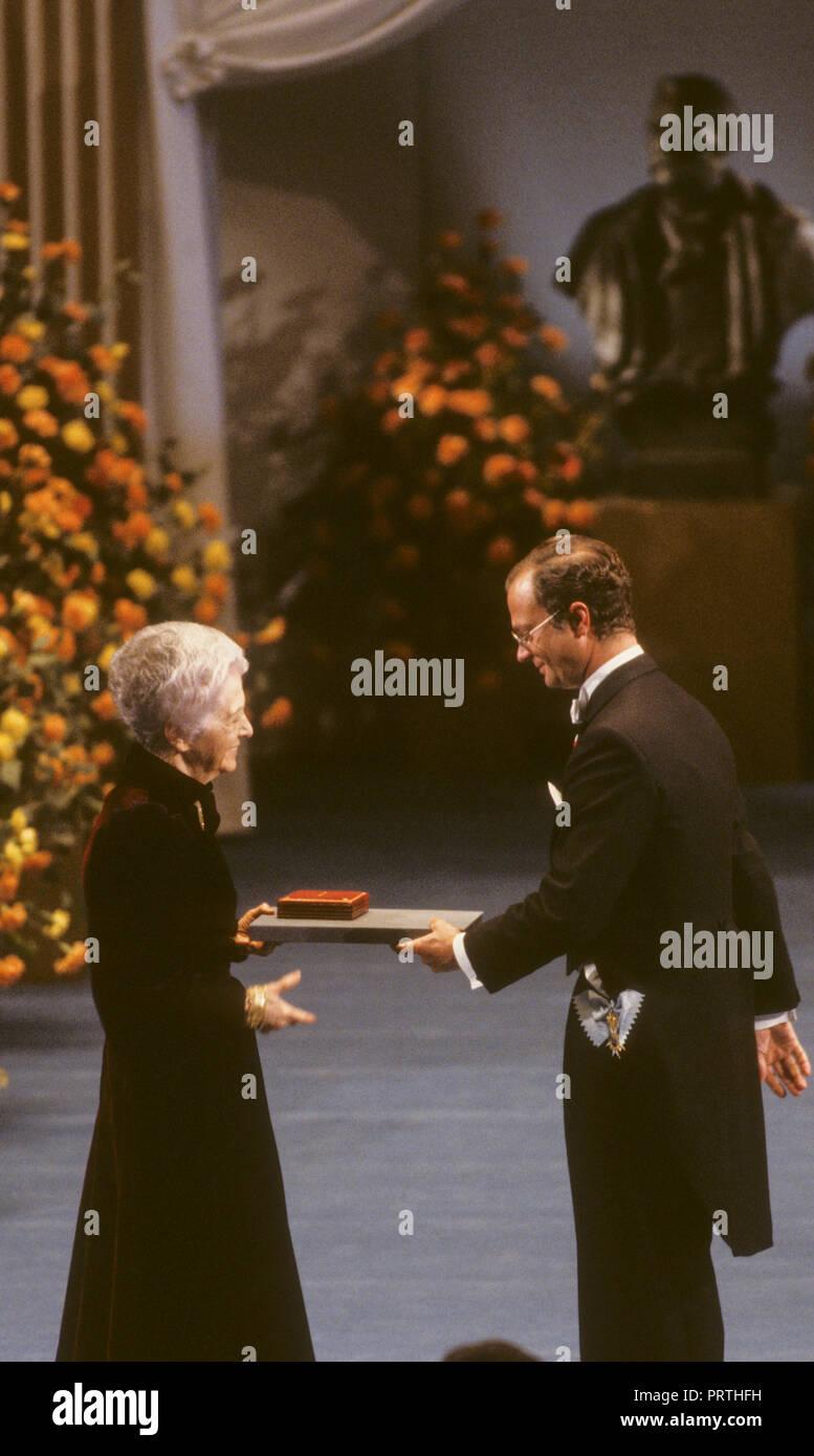 RITA LEVI MONTALCINI italienische Nobelpreisträger in der Medizin erhält den Preis vom schwedischen König Carl XVI Gustaf in Stockholm Consert Halle. Sie war. Stockbild