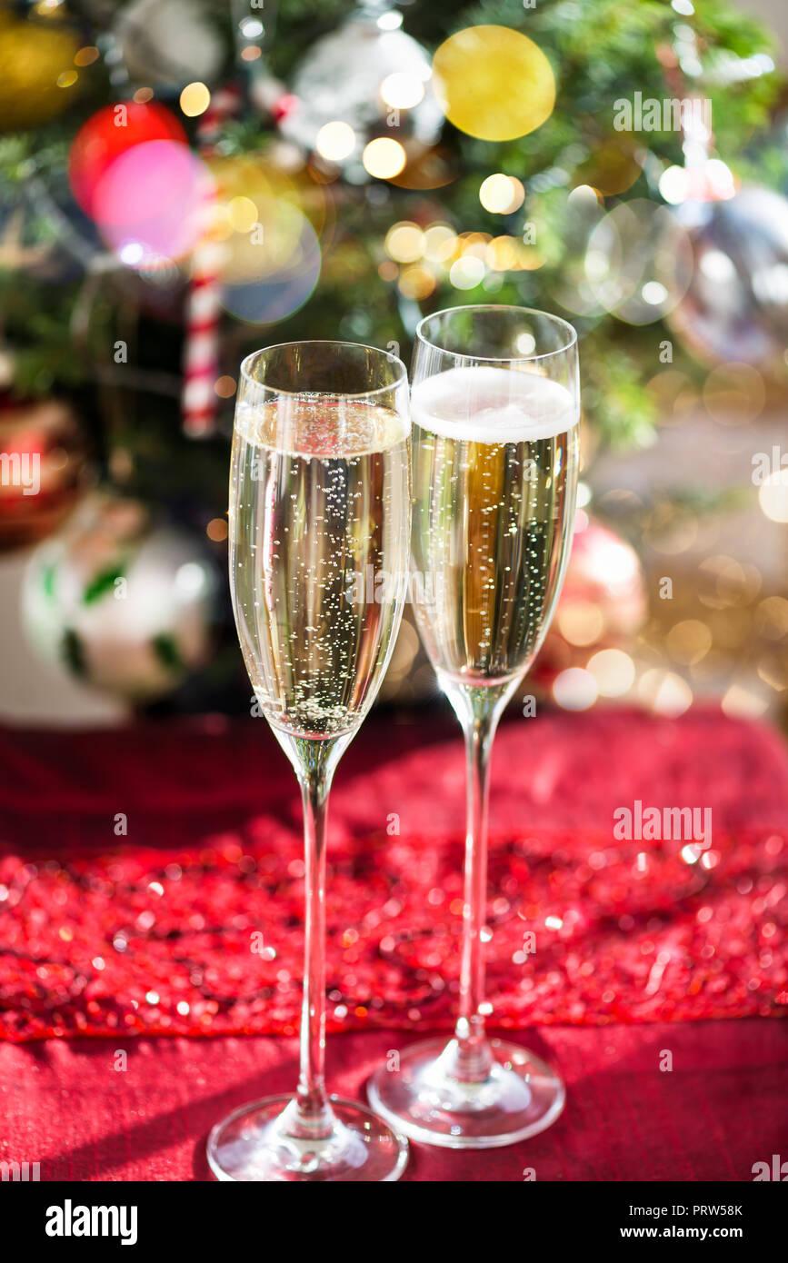 Zwei Champagnergläser auf Weihnachten Hintergrund mit Xmas Tree Stockfoto