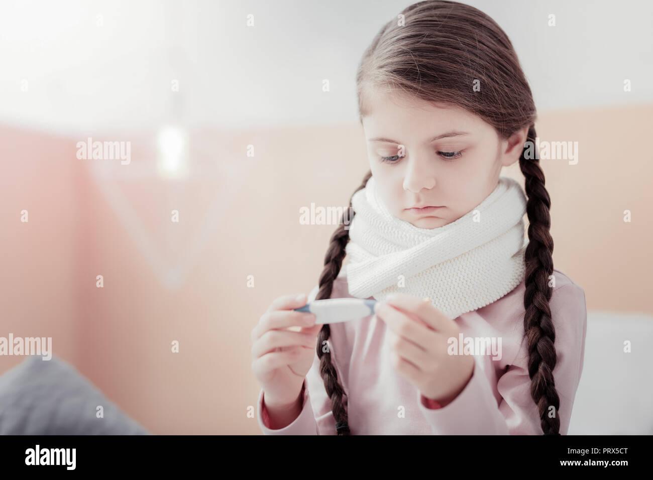 In der Nähe von kleines Mädchen mit Thermometer Stockbild