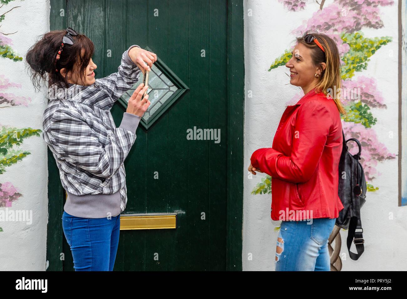 ab4f2b885eaed9 Zwei Frauen rauchen und Smartphone auf der Straße Stockfoto, Bild ...
