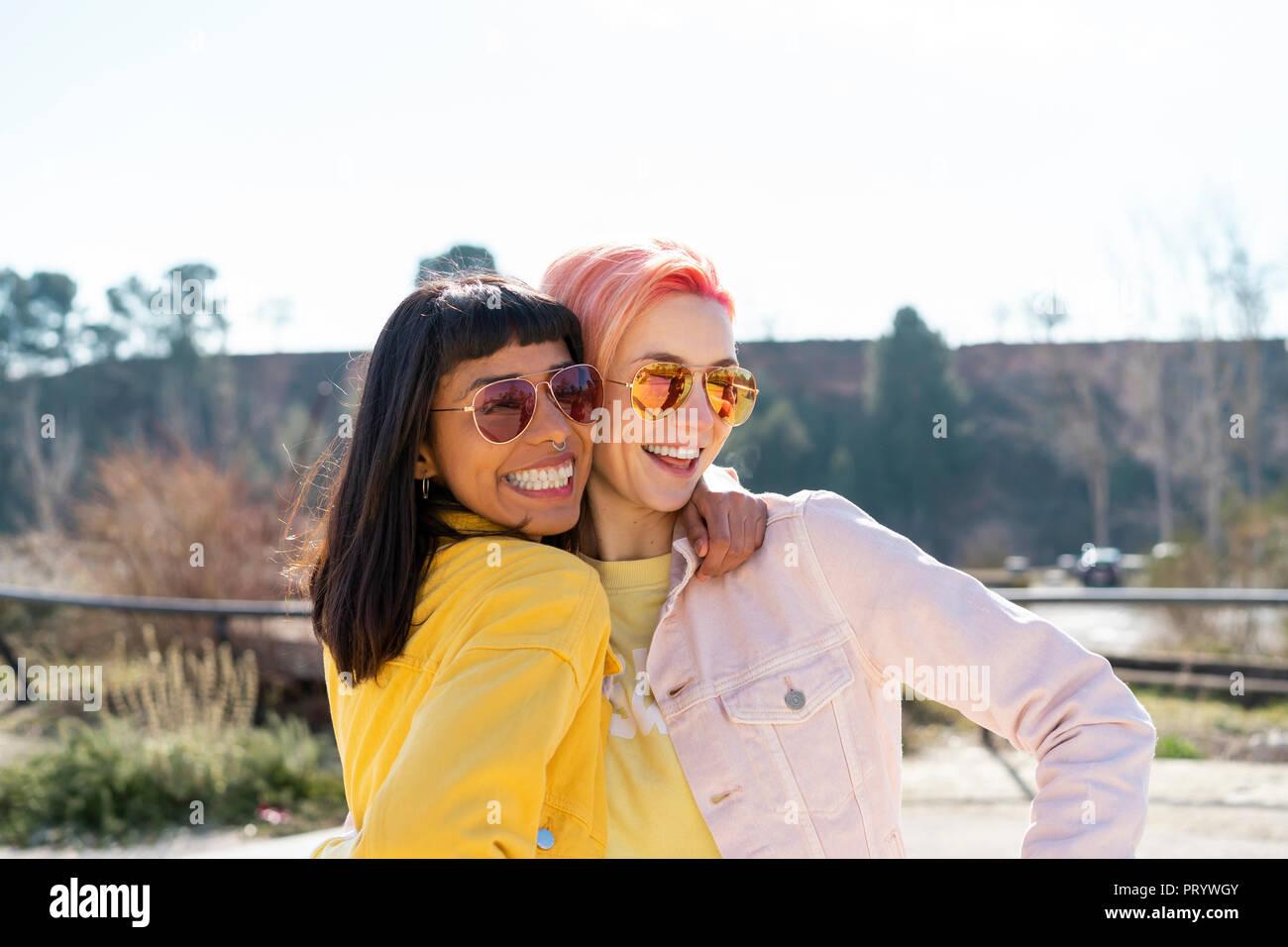 Porträt von zwei alternative Freunde umarmen Stockbild